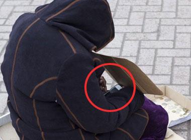 Hình ảnh người ăn xin dùng iPhone 5 gây tranh cãi