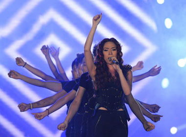 Mỹ Tâm đốt cháy sân khấu Hà Nội với hit 'Cô gái đến từ hôm qua'