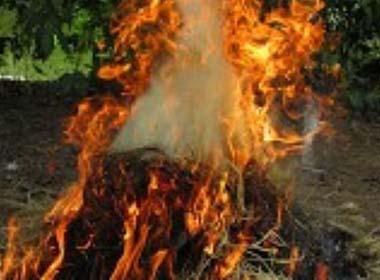 Bố lấy rơm đốt con 7 tuổi vì ăn trộm gói mì tôm
