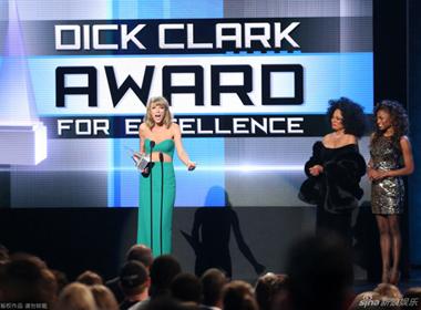 Taylor Swift hạnh phúc khi nhận giải thưởng AMA American Music Awards