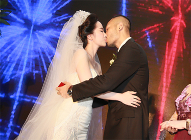 Nụ hôn ngọt ngào của Quỳnh Nga và Doãn Tuấn  trong đám cưới