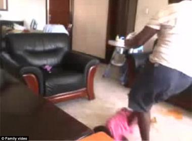 Phẫn nộ cảnh bảo mẫu giẫm chân lên người bé 2 tuổi