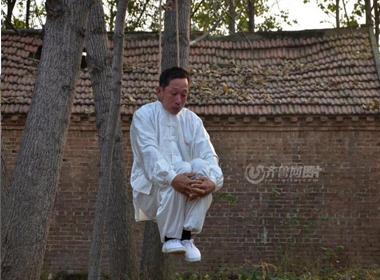 Người đàn ông hằng ngày luyện tập bộ môn kungfu treo cổ