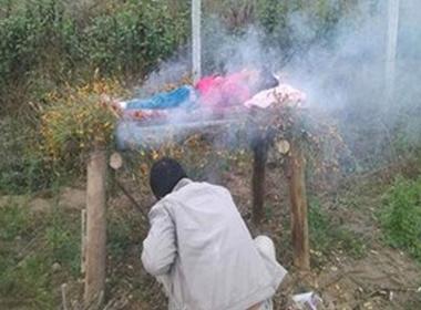 Rơi nước mắt cảnh cha nghèo 'hun' con để chữa bệnh