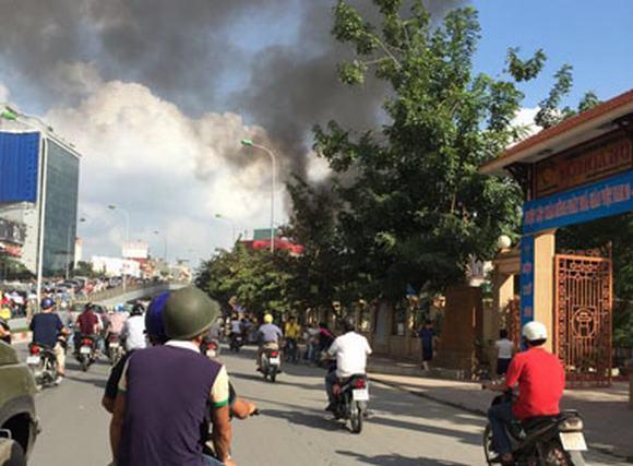 Cháy lớn gần trường tiểu học, người dân hoảng loạn