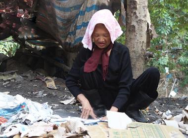 Mẹ già, trọ nhà 4m2, 19 năm nhặt rác nuôi con trai mắc bệnh