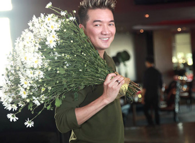 Mr. Đàm mang siêu xe mạ vàng 40 tỷ lên sân khấu