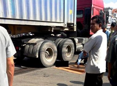 Xe container mất lái lao lên vỉa hè cán chết một thầy giáo về hưu