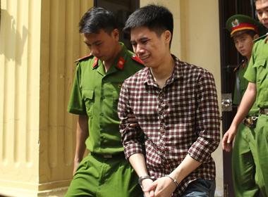 9X giết người khóc nức nở khi bị dẫn ra xe tù