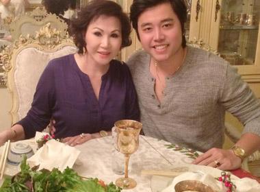 Vũ Hoàng Việt tay trong tay cùng người tình ăn tối