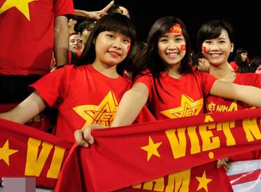 Những bóng hồng xinh đẹp trên khán đài trận Việt Nam - Philippines