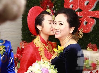 Nhan sắc xinh đẹp của mẹ vợ Lam Trường gây chú ý