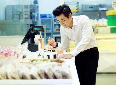 MC Nguyên Khang bí mật chuẩn bị bánh kem sinh nhật cho bạn dẫn