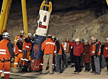 Cách giải cứu tai nạn hầm mỏ và phép màu 2010