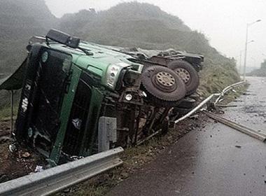 Nổ lốp trước, xe tải 60 tấn lật ngang trên cao tốc Nội Bài - Lào Cai