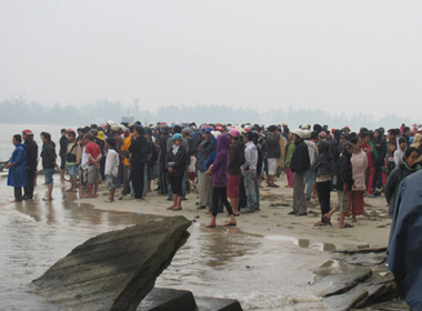 Đánh cá lúc biển động, 2 ngư dân bị sóng cuốn trôi