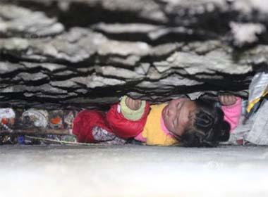 Giải cứu bé gái 4 tuổi mắc kẹt trong tường