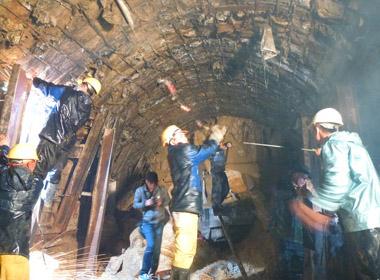 Sập hầm thủy điện Đạ Dâng: Phá sản kế hoạch đưa ống sắt vào giải cứu nạn nhân