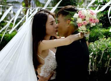 Thủy Tiên - Công Vinh hôn nhau đắm đuối trong 'tiệc cưới ngoài trời'