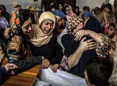 Hai học sinh giả chết để qua mắt tay súng Taliban