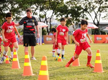 Cựu danh thủ Liverpool Robbie Fowler với vai trò HLV đội bóng nhí Việt Nam
