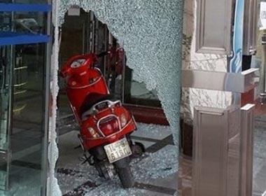 Hà Nội: Một phụ nữ đi xe ga phóng xuyên cửa kính tòa nhà CharmVit