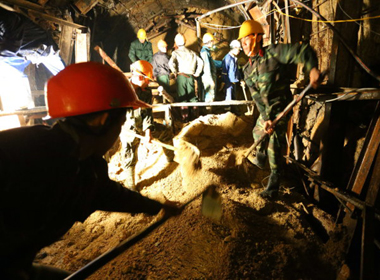 Cập nhật Sập hầm thủy điện Đa Dâng: Nước dâng ngang người nạn nhân và dừng lại ở 1m