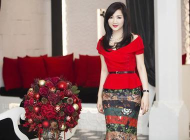 Hoa hậu Giáng My rực rỡ sắc đỏ chào đón giáng sinh