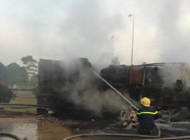 Xe ben nổ lốp bốc cháy ngùn ngụt trên đại lộ Thăng Long