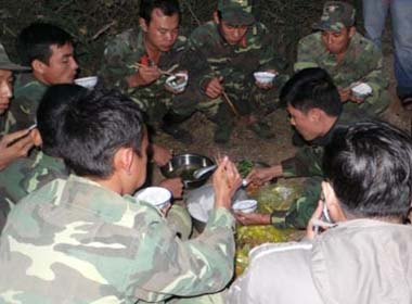 Bữa cơm dã chiến của 500 lính cứu hộ vụ sập hầm
