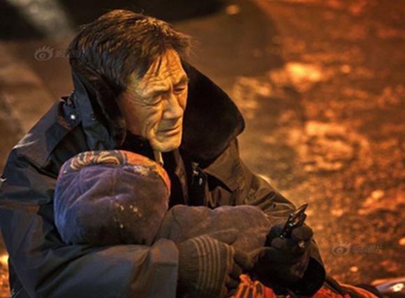 Rơi nước mắt ông lão ôm xác vợ giữa đường dưới cái lạnh âm 24 độ C