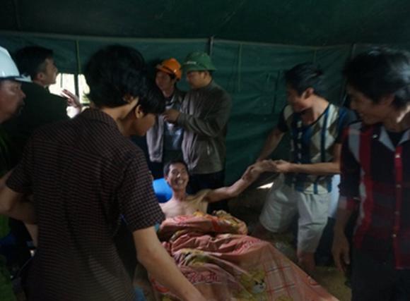 Video: 12 công nhân bị vùi lấp được giải cứu