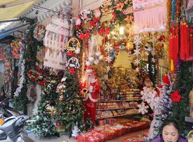 Tấp nập mua sắm đồ trang trí Noel