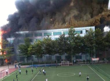 Sinh viên kéo nhau bỏ chạy vì cháy phòng thực hành