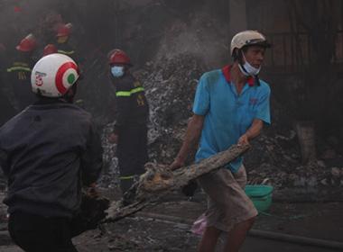 Cháy kho phế liệu: Nhóm công nhân chạy thoát thân khỏi biển lửa