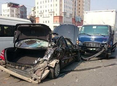Mercedes gặp sự cố trên cao tốc bị xe tải đâm nát đuôi