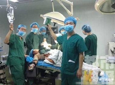 Sốc với bác sỹ cùng nhau chụp ảnh khi phẫu thuật