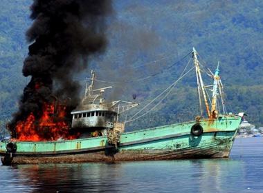 Indonesia cho nổ tung tàu cá nước ngoài đánh bắt trái phép