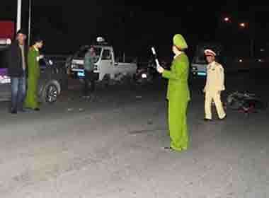 Đấu đầu taxi trong đêm, nam thanh niên văng xa bất tỉnh