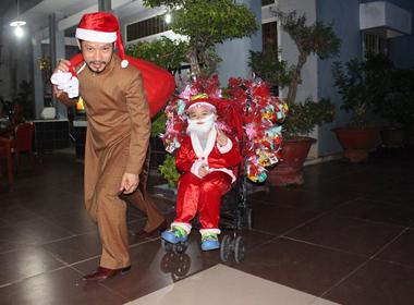 Hùng Cửu Long cùng con trai hóa 'ông già Noel' trao quà cho trẻ nhỏ