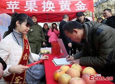 Đổi hai quả táo lấy một thỏi vàng nhân dịp Giáng sinh