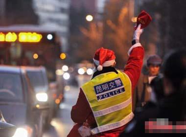 TQ: Cảnh sát giao thông 'hóa' ông già Noel phát quà thay vé phạt
