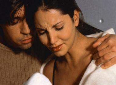 Một sáng, chồng bỗng ôm chặt tôi và khóc