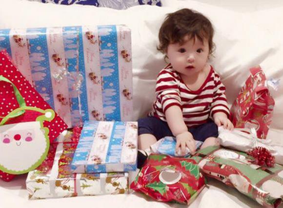Con gái Elly Trần 'vất vả' bóc quà Noel vô cùng đáng yêu