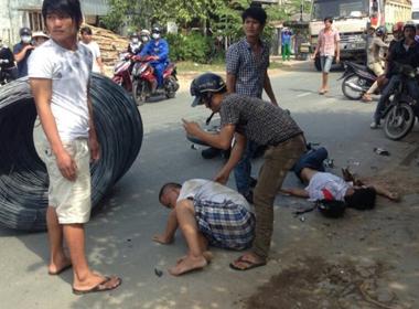 Thép cuộn trên xe rớt xuống đường khiến 2 người bị thương