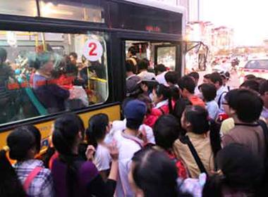 Lùi chạy xe buýt nữ để 'nghiên cứu' về quấy rối