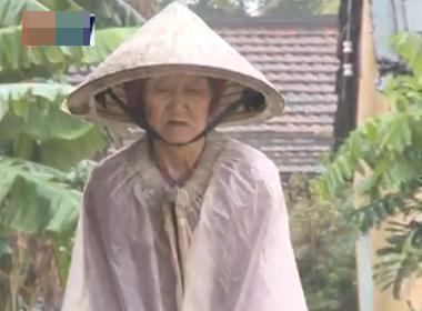 Clip: Rơi nước mắt cảnh mẹ già 84 tuổi ăn xin nuôi con tâm thần