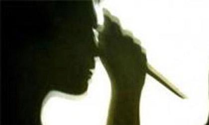 Rút dao đâm chồng vì 'không chịu' về nhà