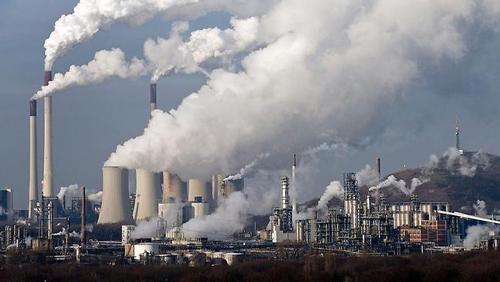 Nạn chặt phá rừng và khí thải công nghiệp là những thủ phạm gây nên tình trạng biến đổi khí hậu hiện nay. Ảnh tư liệu