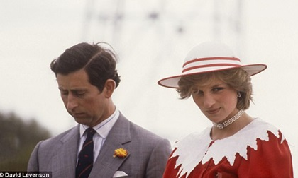 Công nương Diana từng ghen tị với Nữ hoàng, đập phá đồ đạc, chửi rủa 6 giờ liên tục vì bị chồng ngó lơ